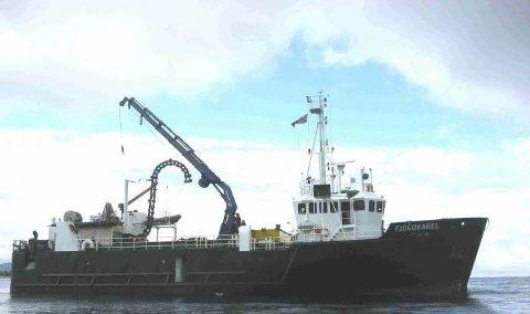 KABELSKIP: Det var «Fjordkabel» fra Seaworks i Harstad som la den nye fiberkabelen over Henningsværstraumen. Foto: Seaworks.no