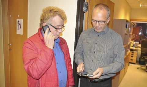 Ikke svar: Rådmann Erling Sandnes (t.h) fikk tirsdag Arne Tilrum innom på besøk. Tilrum bedyret å ha signal på sin mobiltelefon, men fikk ingen respons i forsøket på å slå på tråden til rådmannen. Sandnes forsikrer at de gjør det man kan fra kommunen, blant annet med ekstravakter i hjemmetjenesten.