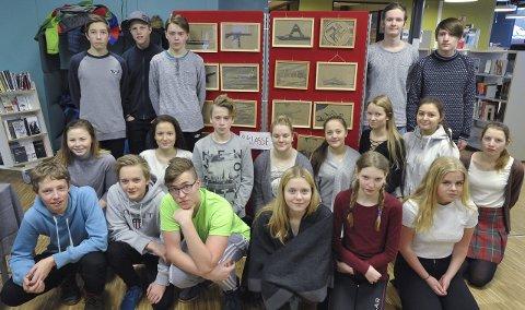 Læring: Klasse 9B ved Svolvær skole foran tegningene elevene også har laget fra 75-årsprosjektet om Lofotraidet den 4. mars 1941. Fotos: Knut Johansen