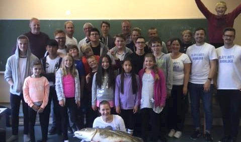 Suksess: Tirsdag fikk elevene ved Skrova skole besøk av «Blått Rått Rabalder.» Rektor ved skolen, Mona Sjåvik, sier at elevene hadde en lærerik og morsom dag. Foto: Mona Sjåvik