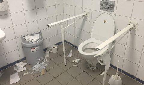 Nedsøplet: Slik så det offentlige toalettet på havneterminalen i Svolvær ut da Morten Bain var der søndag kveld. Foto: Morten Bain