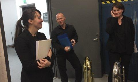 Spente: Dirigent Trine Eilertsen er både spent og fornøyd før NM i Janitsjar som gikk av stabelen fredag kveld i Trondheim. Her sammen med tubaistene i Svolvær Musikkforening. Foto: Privat