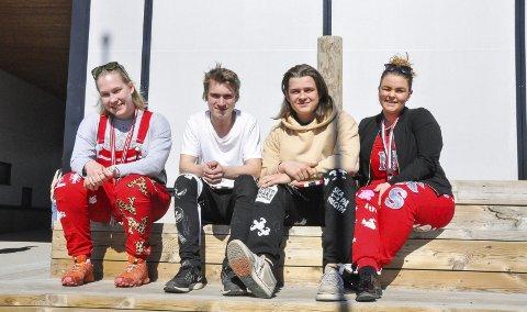 Russ: Fra venstre: Julianne Kristoffersen, Runar Vian, Asgeir Maisønn Bjørnstad og Marthe Aas Hauge er alle russ ved Aust-Lofoten videregående skole i år. Foto: Synne Mauseth