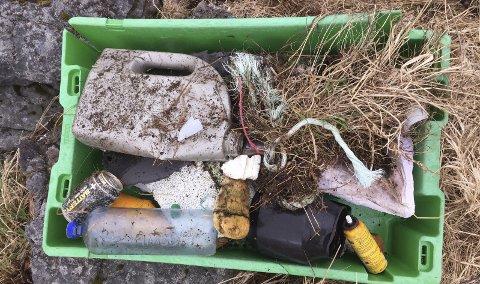 Kystverkets ansatte ryddet Lyngværøyene for strandsøppel 5. mai 2017. På strendene lå ferdig plastkasse å ha søppelet i. Seks kubikk ble ryddet.