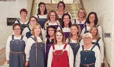 Trommedamer: Vest-Lofoten Paradetropp på stevne sist helg. Nå jobbes det med neste års stevne på Leknes 15.–17. juni 2018. Troppen ble etablert i 2013, og teller nå 18 damer. Tove Haug (nede t.h.) sier de gjerne vil ha flere damer med. Foto: Privat