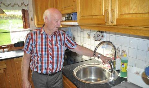Lettet: Fritz Eines og grendelaget på Haug har jobbet for å få rent, kommunalt vann i kranene siden 2009. En negativ innstilling fra rådmannen, ble tirsdag snudd til et positivt vedtak i kommunestyret. Eines er lettet. – Nå blir det vann til Haug. Jeg har jobbet mye opp mot Høyre, og ønsker å gi honnør til de som har hjulpet oss, sier han. Foto: Kai Nikolaisen