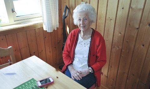 Tankefull: Else Coll (86) i Svolvær har i flere år støttet UNICEF økonomisk, men da de ringte om testamente, ble hun både skuffet og sint. Nå er hun i tenkeboksen om hun skal støtte UNICEF videre med månedlige bidrag.  Foto: Knut Johansen