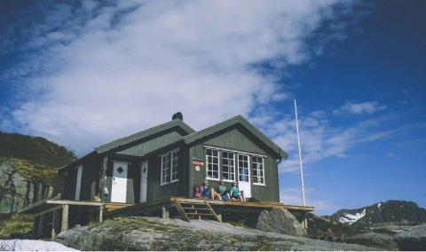 Nøkksætra ved Svolvær er en av Lofoten Turlags to hytter som nå åpner for overnattingsbesøk igjen. De som leier må imidlertid være en kohort og smittevernregler må følges.