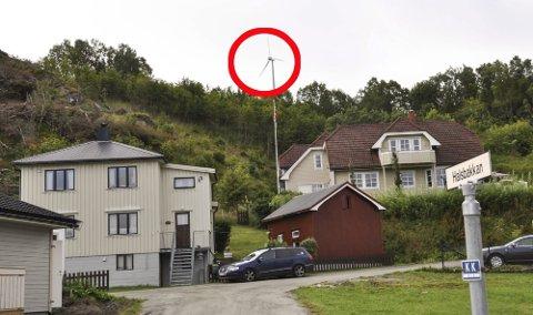Vindmølla til Pål Krüger, sett fra boligfeltet nord for Halsan, slik den var satt opp førte gangen, i 2016.