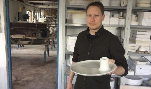 PORSELEN: Erik Lorange Lindberg er produktutviklingssjef på Figgjo AS. Her med prisbelønte Figgjo Undring.FOTO: PRIVAT  Privat