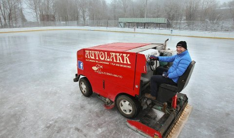 KLAR FOR BRUK: Skøyteisen på Øre er klar for bruk, forteller Lasse Foldvik.