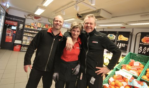 KLARE FOR NYE TAK: Med Oddleif Aaram (t.h.) som ny sjef, skal Lisbeth Wulvig og Rune Fjeldstad gi jernet for Spar-butikken på Ekholt.