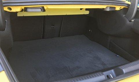460 liters bagasjerom, det er mer enn vi kanskje venter i en bil som dette.