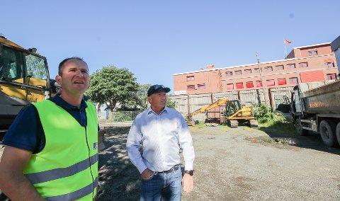 RYDDER: Havnesjef Øystein H. Sundby og Hans Olav Bjerketvedt (t.h.) legger nå til rette for 170 parkeringsplasser i Værftsgata på Jeløy.