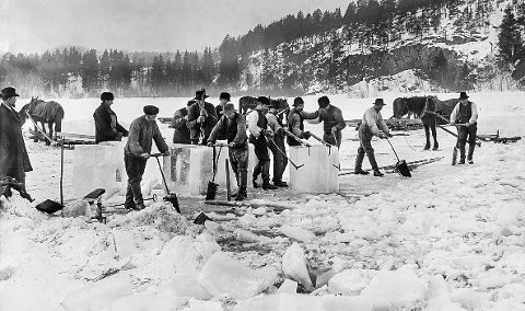 Isskjæring på Østensjøvannet i Oslo 1902.