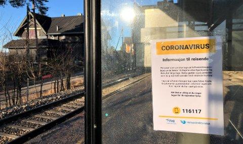 VIRUS: Koronaviruset ble først oppdaget i Kina, og på togstasjonen på Nordstrand ble det tidlig hengt opp informasjon til reisende. Nå undersøkes flere osloborgere for mulig smitte av viruset, blant annet et nordstrandspar.