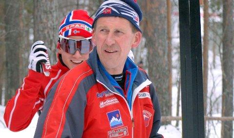 Terje Opgård var en av de første trenerne til Finn-Hågen Krogh (bak). Han tar det som en selvfølge at 24-åringen får gå onsdagens distanse over 15 kilometer fri teknikk og skal vi tro på Opgård han det bli flere VM-medalje på løperen fra Tverelvdalen. Foto: Sigrid Aas