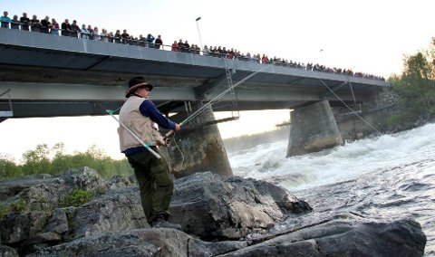 GODE ODDS: Laksen vil ikke alltid bite, men ved 18 timers fiske i Neidenelva har man 75 prosent sjanse for å få opp en laks. Her prøver Trond Mikkelsen å få fisk.