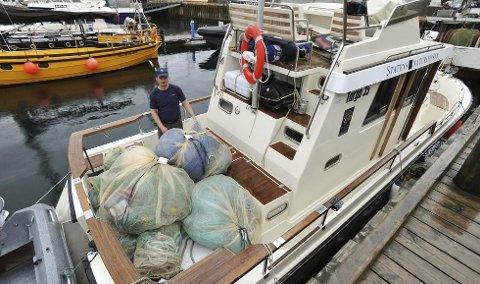 STORT BESLAG: Skipper Rune Somby ombord på båten Polarjo med torsdags fangst, 650 løpemeter med laksegarn.
