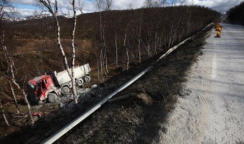 Her ligger lastebilen etter den dramatiske utforkjøringen på Sørkjosfjellet i mai. Foto: Ola Solvang