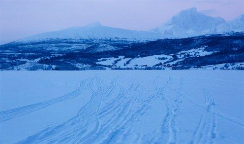 Den tragiske snøskuterulykken skjedde i dette fjellområdet vest for Sagelvvannet. Foto: Ola Solvang