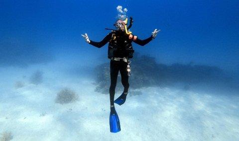 DOWN UNDER: Øystein Richardsen under vann i Australia, der han oppholdt seg i tre måneder før nyttår. 25-åringen mener det er en opplevelse han ikke ville vært foruten, selv om han satt igjen med litt dårlig samvittighet for kompisene i Tromsø.