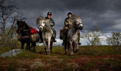 PÅ TUR: Ola Røe, Inske de Buhr og hestene.