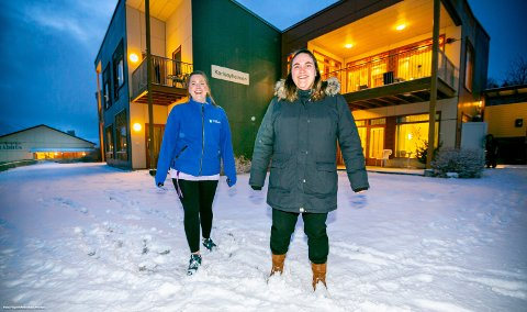 BORTE BRA: Men for Lena Charlen Thomassen (27, til venstre) og Line Sørensen (32), er Karlsøy kommune best. Etter studier kom de hjem - til bedre lønnsbetingselser enn i nabokommunen.