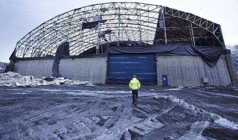 RIBBET: Sist vinters stormer tok det meste av taket på Northlands lageranlegg i Narvik. Nå fremstår også håpet om ny drift som mer eller mindre ribbet.Foto: Kristoffer Klem Bergersen