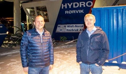Paul Ingvar Dekkerhus (til venstre), administrerende direktør i Moen Verft, skal stå for byggingen av hydrogenbåten. For produksjonsleder Roger Eiternes i Midt-Norsk Havbruk er nyvinningen et viktig bidrag til å kutte forbruket av fossilt brensel.
