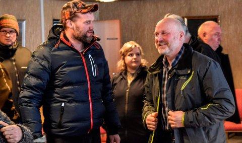 - Nå må vi ende denne saken som har skapt så mye splid, sa lokalpolitiker og vestfjerding Gudbrand Engelien (t.h.) under mandagens komitémøte i Søndre Land. Her er han i samtale med en av mange frammøtte tiløhørere, Per Joachim Skude fra Ringelia.