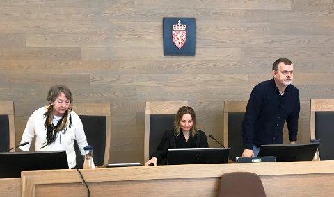 I RETTEN: Administrator er konstituert tingrettsdommer Liv Shelby (i midten).