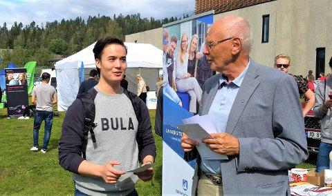 BUSSKORT: Nathaniel Elnes (19) fra Molde er fersk NTNU-student, og får tilbud om et år gratis bussreiser av ordfører Bjørn Iddberg (Ap).