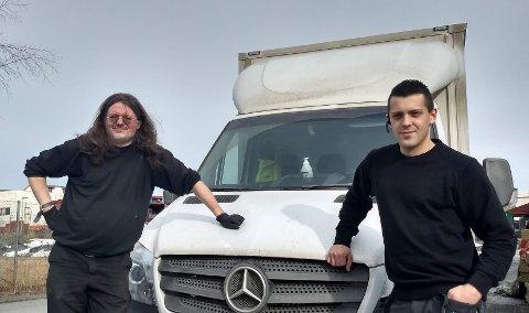 LEVERER BRØD: Olav Kinn og sjefen Daniel Rønsmoen i Valdres Transportservice har noen glatte timer utover natta foran seg.
