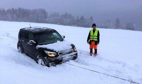 MYE DRAHJELP: Bilberging Innlandet ble blant annet tilkalt da en bil kjørte av vegen på riksvei 4 ved Dalsjordet nord for Gjøvik ved 7.30-tida onsdag morgen.  På bildet sees bilberger Tore Lilleødegård.