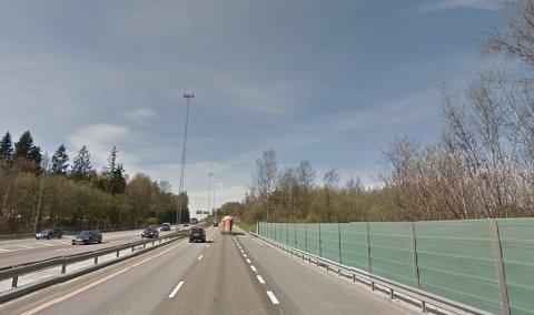 KRASJET: Bilføreren fra Follo kjørte inn i autovernet på begge sider av E6 Strømsveien.