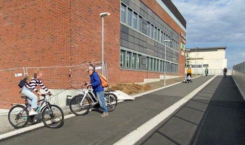 FORSIKTIG: Martin Kjelsås går av sykkelen når kanten skal forseres, mens ungdommen spretter over med sine sykler.