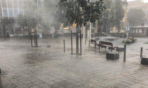 KAN KOMME MYE: Bildet her tatt på Torget i Larvik i fjor sommer. Kommer det like mye regn i dag?