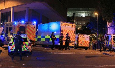 Nødetatene jobber iherdig ved Manchester Arena etter eksplosjonen som kostet flere mennesker livet. også politiets bombegruppe ble kalt ut. (Foto: Peter Byrne / PA / AP / NTB scanpix)