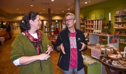NYE HENDELSER: Laila Bækkevold (til venstre) og Grethe Holte forteller at det stadig vekk skjer små, mystiske hendelser på Glomdalsmuseet.
