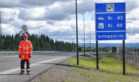 SLIK BLIR DET: Takstvedtaket er gjort, fastslår Arne Meland, assisterende prosjektleder i Statens vegvesen, her ved skiltet som viser hva trafikantene må betale for å kjøre nyvegen mellom Løten og Elverum.