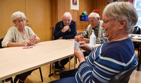 SPILLKAFÉ:  Torild J. Edvardsen spiller whist med Ingrid Søberg, Kjell Åge Larsen og Henrik Skjærstad på Løten Frivilligsentral.