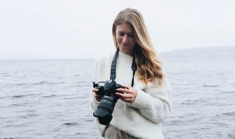 FOTOGRAF: Camilla Engum Paulsen fotograferer ofte ute i naturen, som her ved Mjøsa. Nå flytter hun fra hjemmestudio til nye lokaler i Løten sentrum.