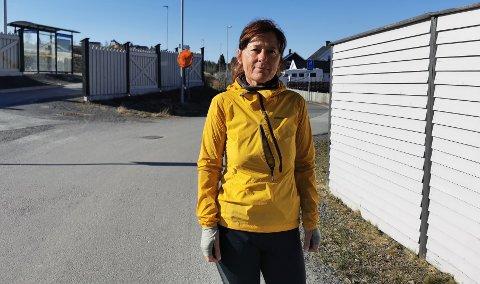 HOLDT PÅ Å GÅ GALT: Heidi Johansen slapp unna med skrekken i krysset bak seg, da hun kom syklendes der tirsdag. Nå er bekymret for barn og unge som ferdes i krysset på skolevegen.