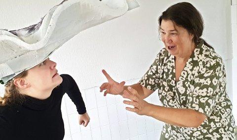 Har møtt mange talenter: Anne Helgesen har vært en av de fremste talentutviklere innen dukketeaterfaget i Norge. Her står hun sammen med Henriette Kihle, en av hennes siste funn.