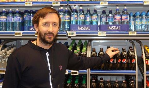 FORNØYD MED ENDRING: Kjøpmann Glenn Hellstrand er fornøyd med at 350-kronersgrensa er fjernet.