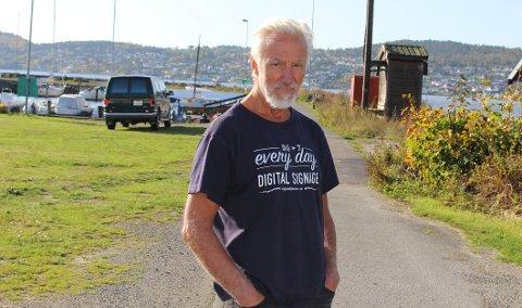 FERGEKAI: – Ingen av beboerne på Sandøya vil ha bygget ny fergekai her ved moloen på Sandøya, sier Robin Mortensen som er nabo til moloen og båthavna på Sandøya. Porsgrunn kommune legger fram 2 forslag til fergekai, enten ved moloen eller utbedre dagens kai.