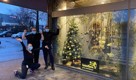 VANT: Anniken Thorsrud Lied, Marte Cecilie Holtekaasa og Nina Lunde Lidal jubler foran julevinduet.