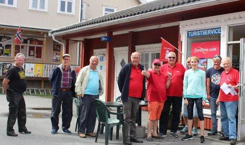 Turistvertene var i full sving på Langesund Turistservice også sommeren 2020. Morten Sandsmark, Alf Helland Olsen, Nils Linna, Tormod Skaugen, Einar Kristiansen, Knut Bjerke, Thor Næss og Arne Andreassen. To turister som var på besøk, er også med på bildet.