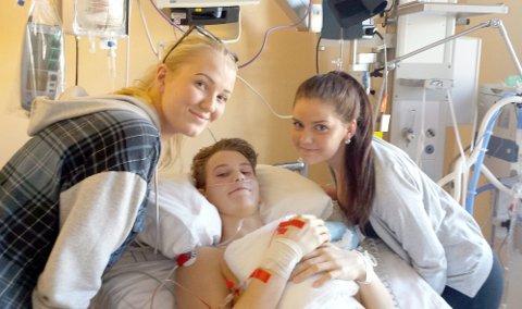 SØSTER OG KJÆREST: Nyopererte Vegard Skotnes får besøk på sykesenga av storesøster Helene Skotnes og kjæresten Thea Martine Kristensen.